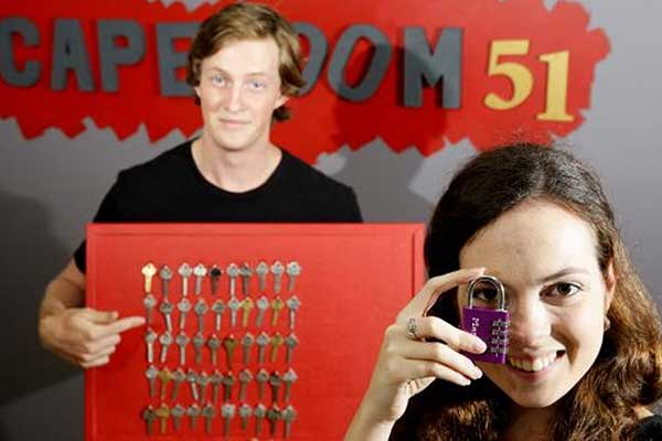 A couple looking for the correct key for a padlock in Escaperoom 51